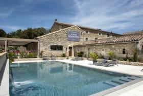 Piscine chauffée avec vue sur le Château de Grignan - Hôtel Ferme Chapouton