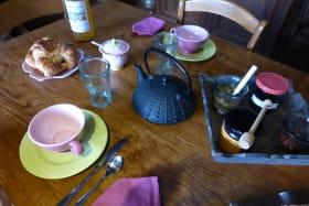 Chambres d'hôtes de la Ferme du Rolland à JULLIE dans le Beaujolais - RHONE : table de petits déjeuners.