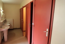 Grand gîte à St Igny de Vers, en Haut Beaujolais dans le Rhône : sanitaires communs - étage.