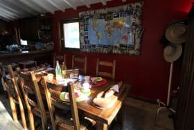 Chambres d'Hôtes en Chassagne à THURINS, dans le Lyonnais - Rhône : Table de petits déjeuners.