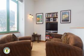 Grande pièce de vie pour les hôtes avec salon, TV, WIFI, jeux, livres...