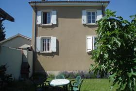 Le Gîte des Bruyères à Arnas (Rhône-Beaujolais) : salon de jardin et barbecue.