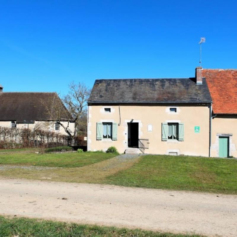 Gîte La Brûlette à Saint-Sauvier, dans l'Allier en Auvergne. Façade avant avec vue sur la chapelle Saint-Rémy