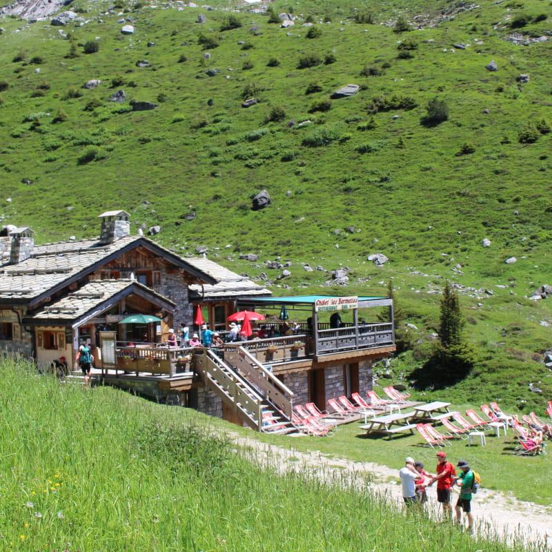 Le refuge et sa terrasse en été