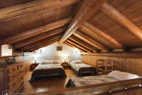 4 couchages sur la mezzanine, avec amples rangements pour vos affaires.