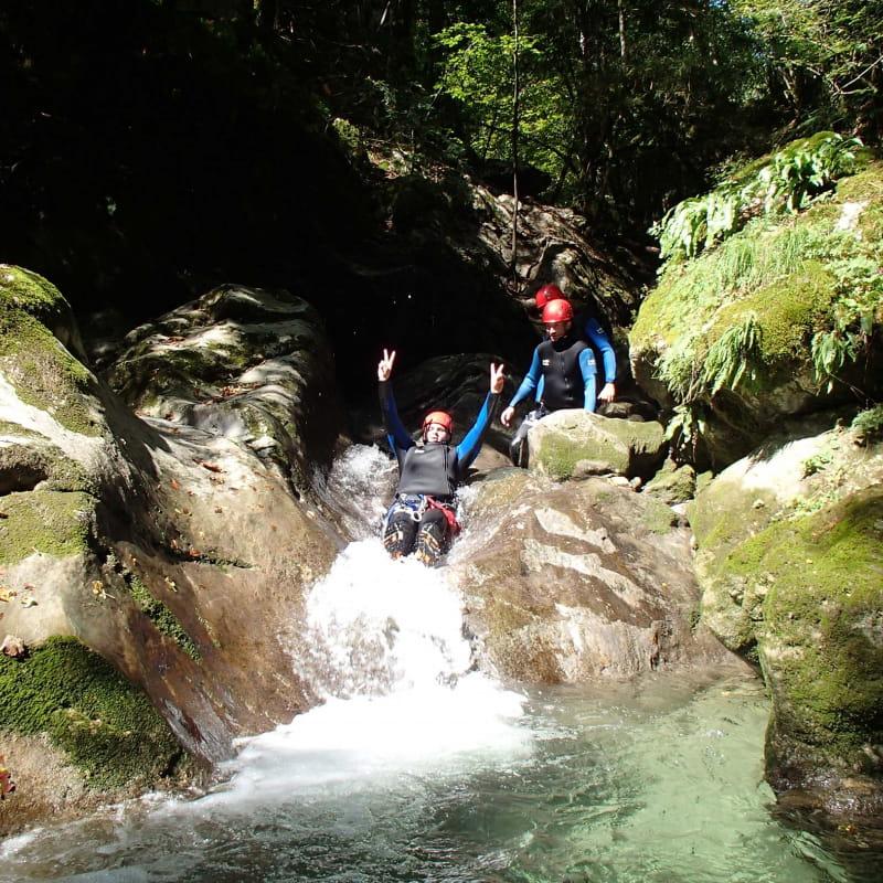 Un groupe découvre le canyoning