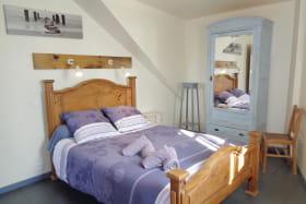 Chambre 1 avec un lit 140.