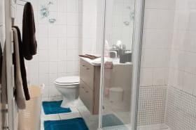 Vue d'ensemble de la salle de douche