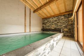 Magnifique espace piscine chauffée ouvrant sur la terrasse.
