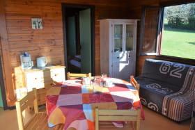 Chalet-Gîte du Plan d'eau d'Azole (Gîte N° 5) à Propières (Rhône - Beaujolais Vert) : pièce de jour, espaces repas et détente.
