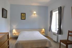 Gîte 'St Jean Baptiste' au Domaine du Château du Jonchy, à St Julien (Rhône -Beaujolais) : chambre avec lit double.