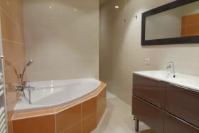 salle de bains avec baignoire d'angle