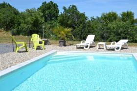 piscine avec clôture grillage