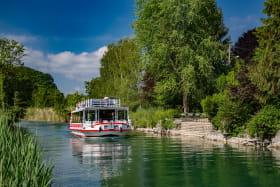 Le Savoyard naviguant sur le Canal de Savières lors d'une croisière repas