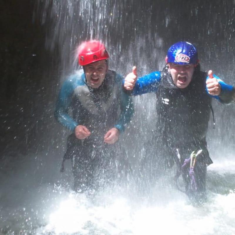 Douche sous la cascade