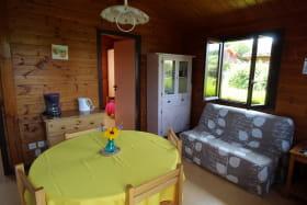 Chalet-Gîte du Plan d'eau d'Azole (Gîte N° 4) à Propières (Rhône - Beaujolais Vert) : le séjour et petit espace salon.