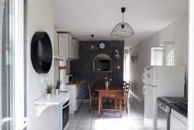L'entrée avec vue sur la cuisine.