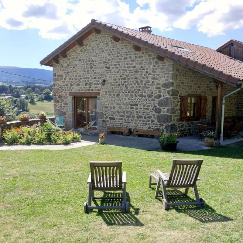 Grand extérieur engazonné et fleuri de 1000 m², terrasse couverte avec 2 salons de jardin et canapé extérieur, plancha, barbecue, jeux...