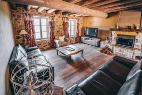 Salon avec TV & cheminée. Nous vous mettons du bois à disposition pour votre séjour. @les_fermes_ardechoises_