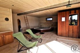 Gîte 'Stone et Spa' à Chasselay (Rhône - Nord de Lyon - Beaujolais des Pierres Dorées) : Bienvenue dans l'espace Bien Etre ! Spa intérieur ouvert d'octobre à juin.