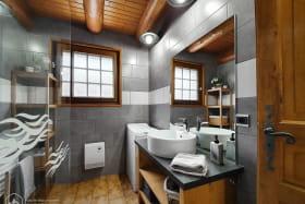 Agréable salle de bains rénovée avec douche à l'italienne et lave-linge.