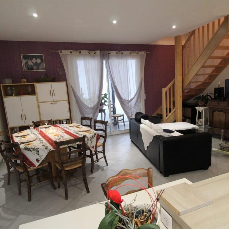 Gîte 'Chez Gaby et Pierrot' à Quincié-en-Beaujolais (Rhône, Beaujolais Vignobles) : pièce de jour, escaliers d'accès aux chambres.