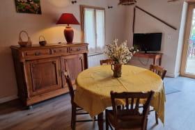 Gîte 'Le Cocon' à Marennes (Sud-Est de Lyon) dans le Rhône : séjour, espace repas.