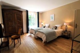 Maison de vacances / meublé City Break 'La Souveraine' à Saint-Genis-Laval (Rhône - banlieue Sud de Lyon) : la chambre à 2 lits à l'étage.