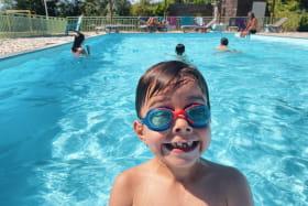 enfant dans une piscine en été