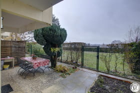 Jardin privative avec accès directe au jardin de la copropriété et au parking extérieur.