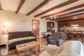 Espace détente et cuisine ouverte sur séjour