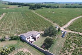 Gîte 'L'Orée des vignes' à Cercié en Beaujolais : vue aérienne de l'environnement.