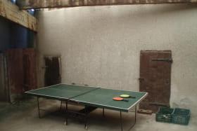 Gîte de l'Arvin à Chaussan (Rhône - Ouest Lyonnais) : préau avec table de ping-pong commune aux 2 gîtes.