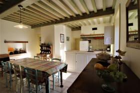 'Gîte des Hortensias', Le Perréon (Rhône, Beaujolais) : séjour, espaces repas et cuisine.