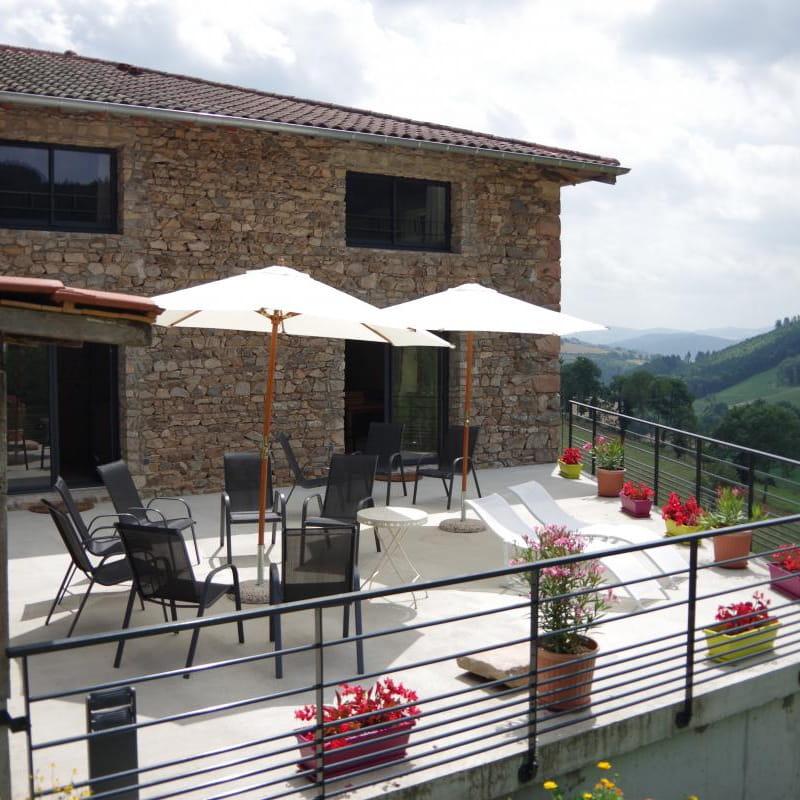 Gîte du Grand Peisselay à VALSONNE (Rhône - Beaujolais Vert) : la terrasse.