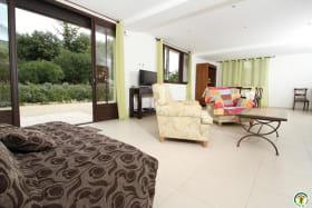 La pièce à vivre : salon, salle à manger et cuisine.