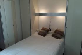 La chambre (séparée du salon par une porte) dispose de 2 colonnes (penderie et lingère) et d'un placard penderie.