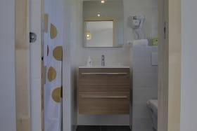 Chaque chambre possède sa salle de bain et toilettes indépendantes