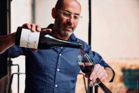 Eric servant un verre de vin