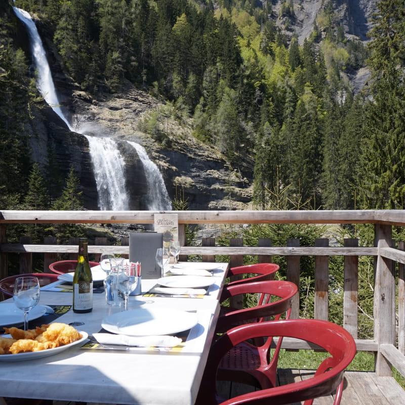 Terrasse estivale avec vue panoramique sur la Cascade