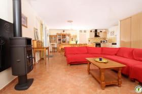 La pièce à vivre, de 52 m2, avec ses 3 portes fenêtres donnant sur les terrasses et le jardin.