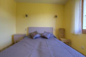 Chambre composée d'un lit double et d'un clic-clac pour deux personnes.