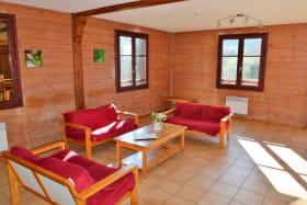 Gîte de groupe et d'étape à Propières (en Haut Beaujolais), dans le Rhône : le coin-salon dans la pièce de jour.