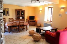 Gîte La Brûlette à Saint-Sauvier, dans l'Allier en Auvergne. Séjour et salle à manger spacieux et confortables
