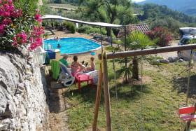 Balançoire, tonnelle et piscine.