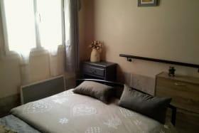 Chambre avec fenêtre donnant sur une 2eme terrasse close, lit 140x190