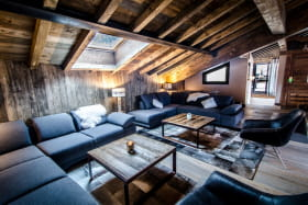Grand salon avec tv écran plat et cheminée