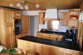 Vue du Salon et de la cuisine toute équipée (four, four micro onde, réfrigérateur, plaque de cuisson à induction, lave vaisselle...)
