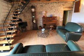 Gîte 'Il était une fois' à Ternand (Rhône - Beaujolais des Pierres Dorées, proximité de Villefranche-sur-Saône) : pièce de jour, espace salon.