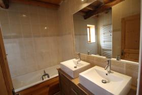 Gîte de la Grange du Mas Est à St Clément les Places dans le Lyonnais - Rhône : la salle de bains (avec baignoire + douche).